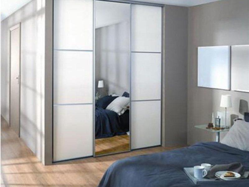 Белый зеркальный шкаф купе встроенного типа с антресолью фаб.